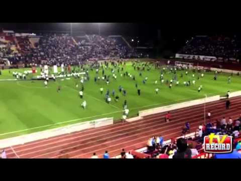 Aficionados de Cruz Azul invadieron la cancha del Andrés Quintana Roo