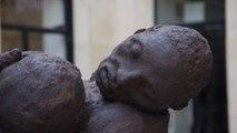 Installation de la statue d'Ousmane Sow