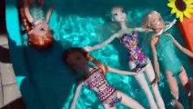 LE PARC DE L'EAU ! Elsa & Anna les tout-petits vider la Piscine ? Les Plaisirs Aquatiques - Natation - Piscine - Splash - Sable