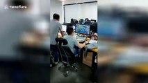 Cet employé joue sur son ordi devant son boss sans qu'il ne voit !