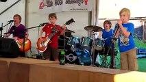 Un groupe de gamins de 8 ans joue parfaitement du heavy metal