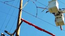 Cet électricien coupe une ligne électrique très haute tension  arc électrique impressionnant