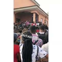 UNN Students Receiving PHY 111 Lecture Outside Because The Hall Wasn't Opened On Time By The Janitor (Watch Video)