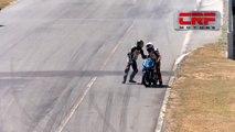 Moto - Ces deux pilotes se bagarrent en pleine course de moto