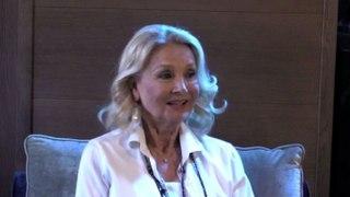 Barbara Bouchet risate con Zalone sul set In tv oggi volgari