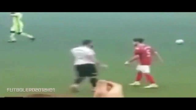 Cinsel organını gösteren futbolcu 10 maç ceza aldı