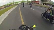 Ce biker tente d'arreter une moto sans pilote... Raté