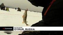 Russia: gara di pesca sul lago ghiacciato