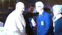 Le pape François ne laisse personne embrasser sa bague