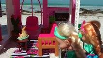 MAISON DE PLAGE ! Elsa & Anna bambins visite de Barbie Maison de l'Océan plaisir, dans l'Eau
