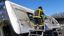 Exercice d'évacuation de victime lors d'un accident de bus par les stagiaires du centre de formation des pompiers de Charente-Maritime