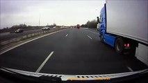 Un camion fonce droit dans une camionnette arrêtée sur la bande d'arrêt d'urgence !