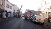 Perte de contrôle : opération de relevage d'un camion de livraison à Toul