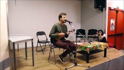 Tomaz Miranda chante en hommage à Marielle Franco