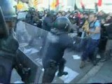Los mossos cargan contra los estudiantes en Barcelona