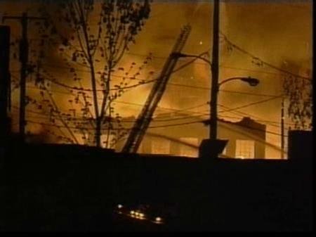 Las llamas devoran un edificio de tres plantas en Filadelfia