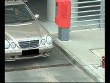 Femme-volant-mercedes-parking