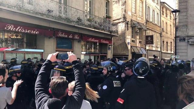 Gilets jaunes à Avignon : premières tensions après une charge des CRS