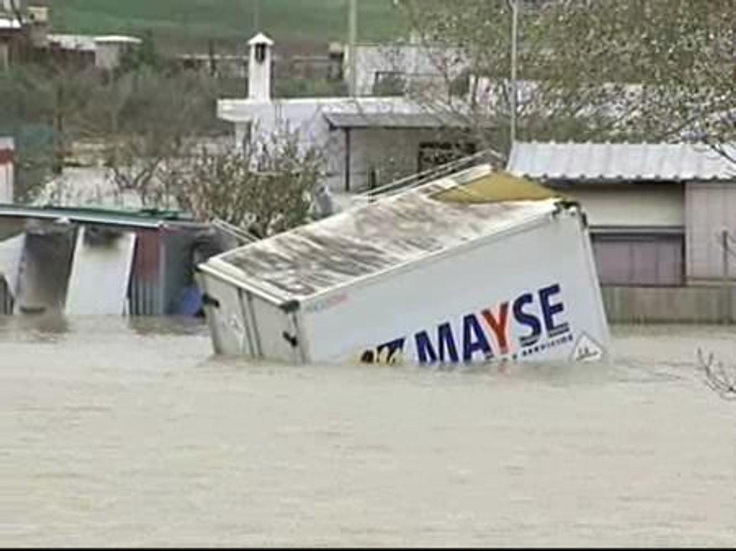 El río Guadalete inunda varias barriadas de Jerez