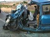 Dos personas fallecen y tres resultan heridas graves en un choque frontal