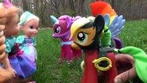 VOLER sur des PONEYS! Poney de COURSE! ELSA & ANNA les tout-petits JOUENT