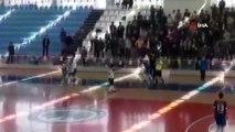 Spor müsabakası için geldiler, salonu savaş alanına çevirdiler... Karaman'da salon futbolundaki kavga kamerada