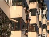La vida de una mujer corre peligro al quedar colgada de un balcón