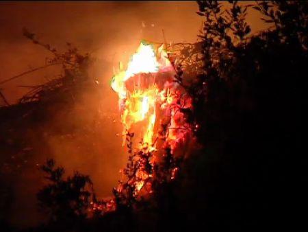 Las llamas alcanzan varias viviendas en Vallirana (Barcelona)