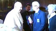 Le pape François refuse de laisser les fidèles embrasser sa bague