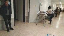 El colapso en las Urgencias de Santiago deja a pacientes graves sin asistencia en los pasillos del hospital