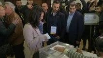 Marcela Topor, la mujer de Carles Puigdemont, ejerce su derecho a voto en Gerona