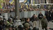 Tensión y enfrentamientos entre manifestantes de la oposición y policía en los exteriores del Parlamento ucraniano