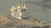 Los agentes desplazados a Cataluña como refuerzo, se ponen a punto en el puerto marítimo de Barcelona