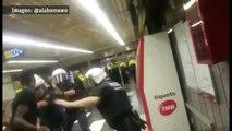 Agentes de la Guardia Urbana se enfrentan a porrazos con manteros agresivos
