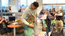 La star de la NBA, Giannis Antetokounmpo, réconforte une jeune fan en pleurs