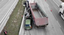 Froyennes A8 accident spectaculaire camion deux voitures
