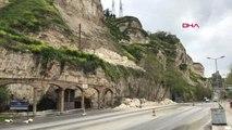 Şanlıurfa Birecik'te Yağış Nedeniyle Dağdan Kopan Kaya Parçaları Yola Savruldu
