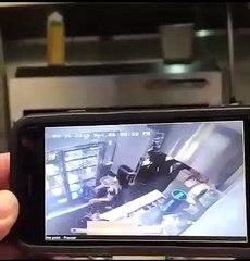 Une employée d'un restaurant fait tomber un pot de sauce