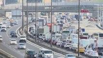 İstanbul'd A Kapalı Yollar Nedeniyle Sabah Saatlerinde Trafik Yoğunluğu Oluştu