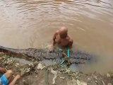 Cet homme fait la toilette à son crocodile de 5m de long