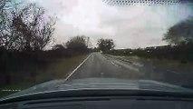 El peligro de cruzarse con un camión en una carretera inundada