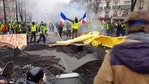«Du jamais vu de mémoire de policier parisien.» Ce premier décembre, alors que l'Arc de Triomphe est aux mains des gilets jaunes, 8 avenues sont dans une situation quasi-insurrectionnelle