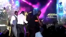 À cause de sa tenue, Youssou N. et Mbaye D. l'expulsent de la scène