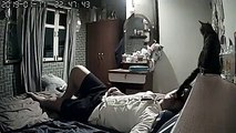 Il installe une caméra chez lui pour voir ce que son chat fait alors qu'il dormait