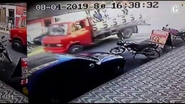 Carro em alta velocidade colide em veículos em Afonso Cláudio - Vídeo monitoramento