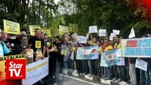 Two opposing groups rally over Lynas outside Parliament