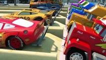 Les formulaires à la place des roues de la voiture de police, d'Apprendre de nouvelles choses avec des voitures jouets
