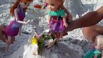 ANNA' s de CHÂTEAUX de sable ! Plage De Jouer! Elsa et Anna, les tout-petits de s'amuser en jouant dans le sable