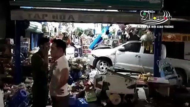 Clip: Ô tô tông xe máy rồi lao vào cửa hàng tạp hoá
