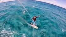Il fait du kitesurf au-dessus de centaines de requins